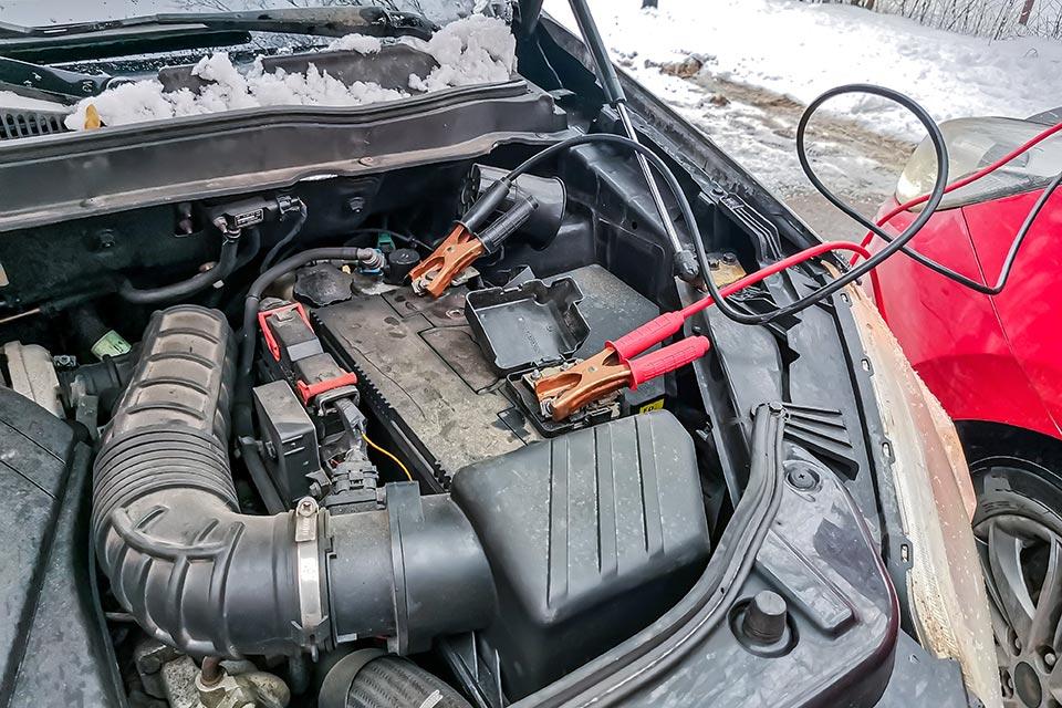 recharge de batterie de voiture en hiver avec câble